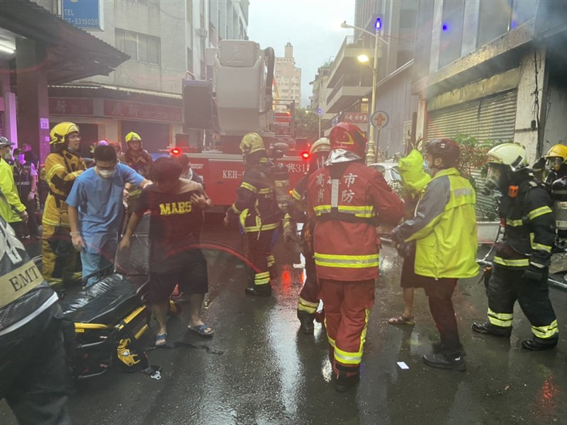 """In den frühen Morgenstunden des 14. April brach im Gebäude """"City in the City"""" im Bezirk Yancheng, Kaohsiung, ein Feuer aus. Die Feuerwehr von Kaohsiung schickte mehr als 70 Fahrzeuge und etwa 150 Menschen in die Rettung. Das Feuer wurde um 7:30 Uhr gelöscht. 17 Uhr, und Brandermittler der Feuerwehr haben die Ermittlungen aufgenommen.  (Von der Öffentlichkeit zur Verfügung gestellt) Der Reporter der Central News Agency, Cai Mengyu, faxte am 14. Oktober 110"""