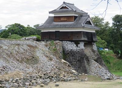 4月兩場強震加上之後的餘震,約400年前蓋的熊本城石牆有逾60處崩毀,13座重要文化財(古蹟)建築物、20座原本修復的建築物受損。整座城堡要修復成強震前的狀態, 需花20年。