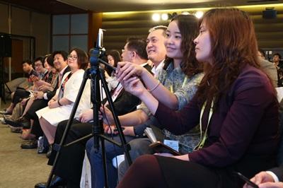 博鰲亞洲論壇年會3月24日舉辦「直播經濟」分論壇,多家媒體透過手機等方式全場直播,會中也有遠端觀眾提問。