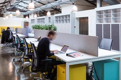 越來越多勞工只要一台筆記型電腦和網路就可隨處工作。圖為Deskopolitan提供的辦公空間。(取自Deskopolitan臉書)