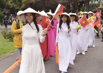 台灣人歧視外配仍時有所聞。圖為越南新住民參加國際移民日踩街活動。(中央社施宗暉)