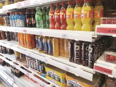 英國今年4月6日起針對含糖飲料徵收「糖稅」,希望藉此打擊肥胖問題。(中央社戴雅真)