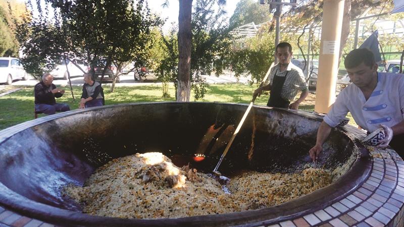 中亞抓飯中心每口鍋都直徑一公尺以上,炒出烏茲別克最道地的庶民美味。