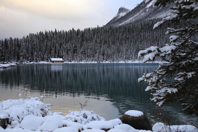 入冬之後的露意絲湖湖畔靜謐,遠離塵囂。