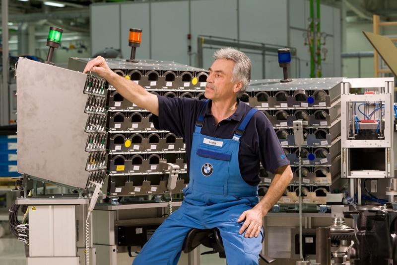 車廠內設置理髮師用的高椅,裝工具的盒子也調整到手能輕易摸到的高度,減輕工作負擔。