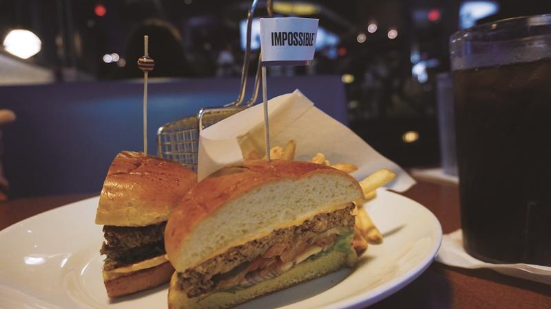 美國餐廳供應的「不可能漢堡」套餐(漢堡加薯條),每份售價14.99美元。