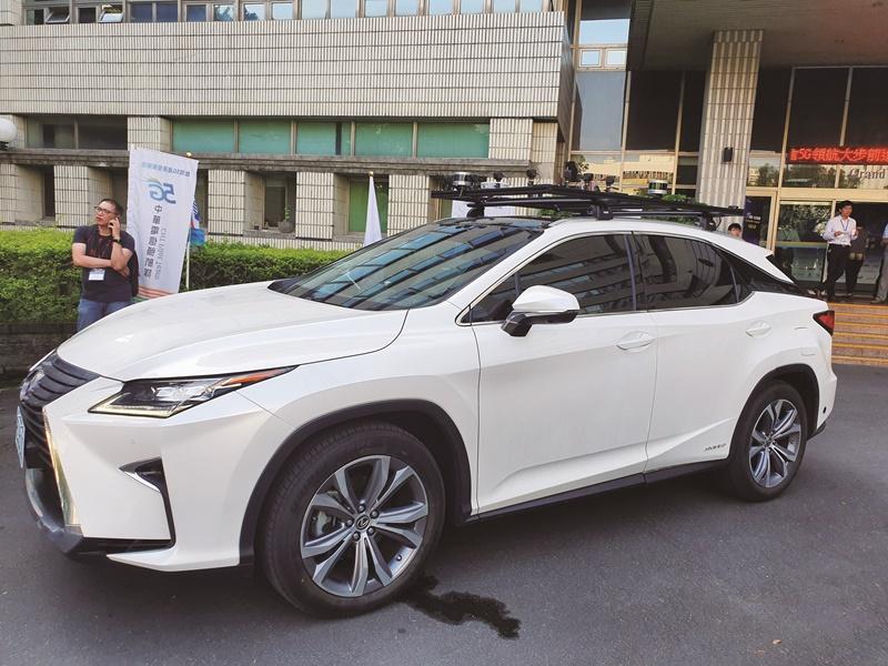 5G讓自駕車應用成真,圖為中華電信園區內測試的自駕車。(中央社江明晏)