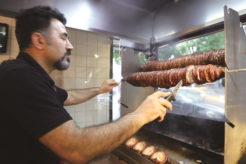 師傅先在炭火上旋轉燻烤羊腸至略微熟成,等客人點餐後,再切片放上燒烤架兩面翻煎。
