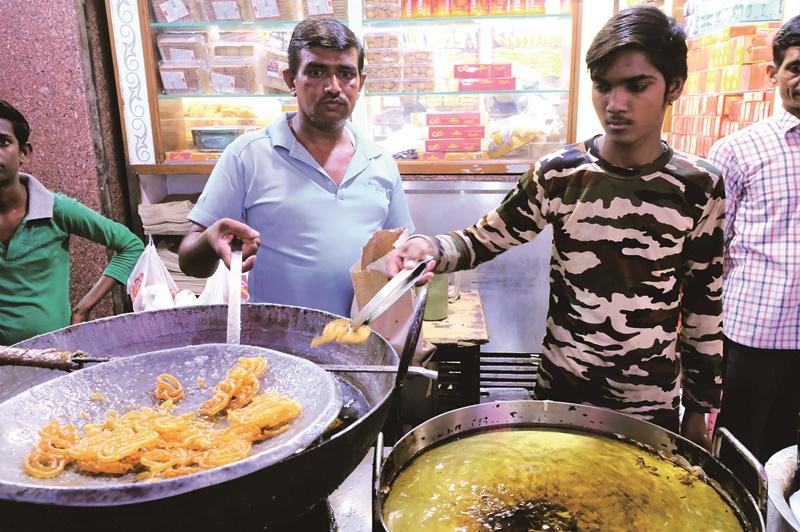 賈拉比(Jalebi)或稱為伊瑪提(Imarti),是印度人最愛的街頭油炸甜食之一。