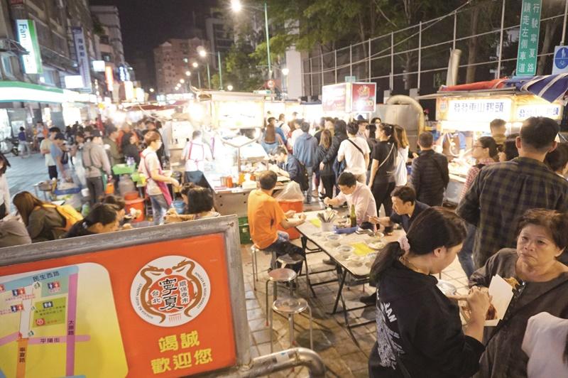 擁有近百年歷史的寧夏夜市主打傳統台灣小吃,加上近幾年以環保、衛生為號召,吸引許多國內外遊客慕名前往。