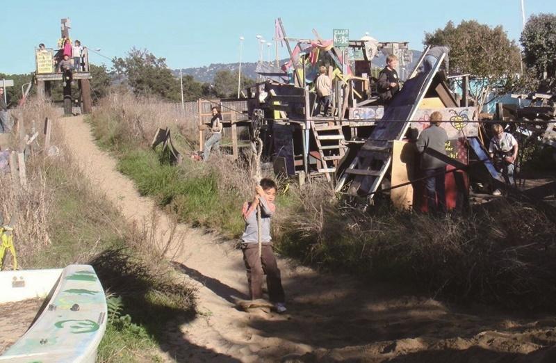 位於加州柏克萊市的探索遊樂場有讓孩子玩耍的滑索,還有木條搭建的塔台、堡壘等設施。