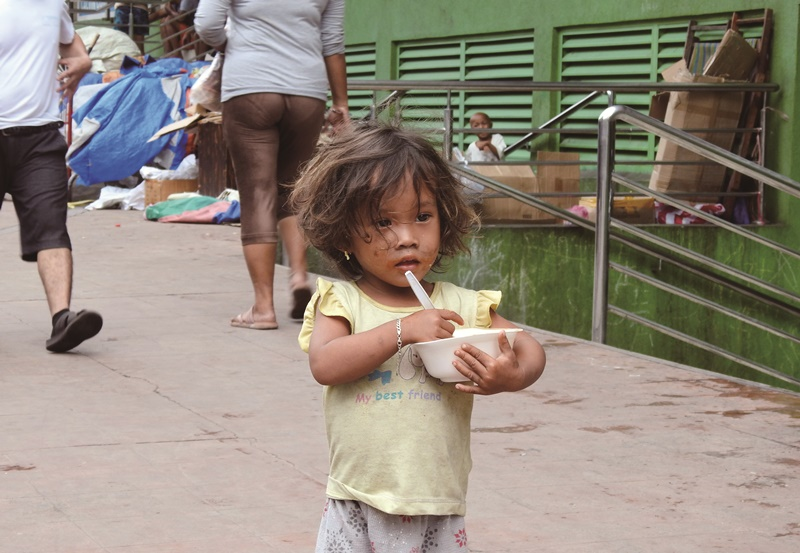馬尼拉的街童缺乏父母妥善照顧,多半暴露在不適合讓孩童接觸到的人事物之中。