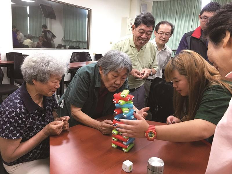 聖約翰科技大學老人照顧服務系學生透過設計遊戲及帶領活動,學習與長輩互動。