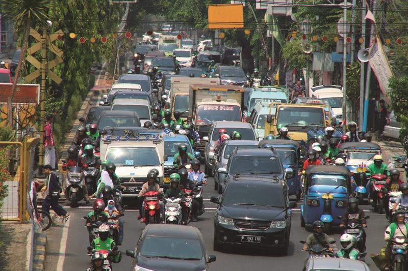 雅加達鐵路平交道常造成交通打結。近來關閉部分平交道,或在附近興建地下道,疏散車流。