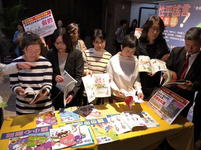 立委邀請多名藝文界人士到教育部審視教科書。(中央社陳至中)