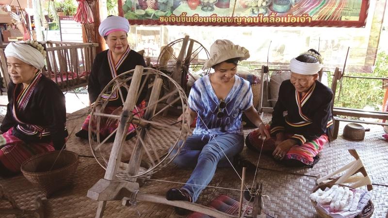泰國力推社區旅遊,例如讓遊客體驗在地的傳統織布文化。