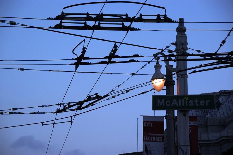 舊金山街頭一角有密密麻麻的電線交錯。(中央社周世惠)