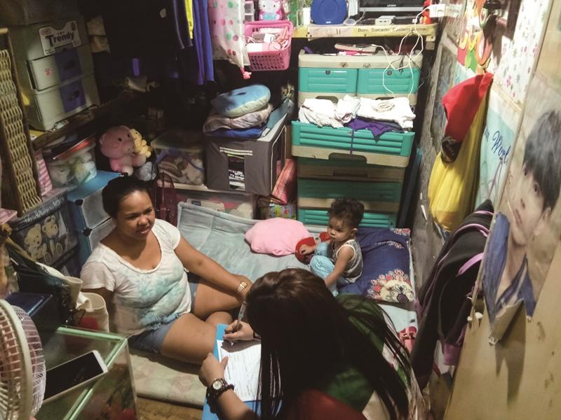 在大馬尼拉地區,弱勢家庭往往一家人只能住在三、四坪大的狹小房間裡。(菲律賓家扶中心提供)