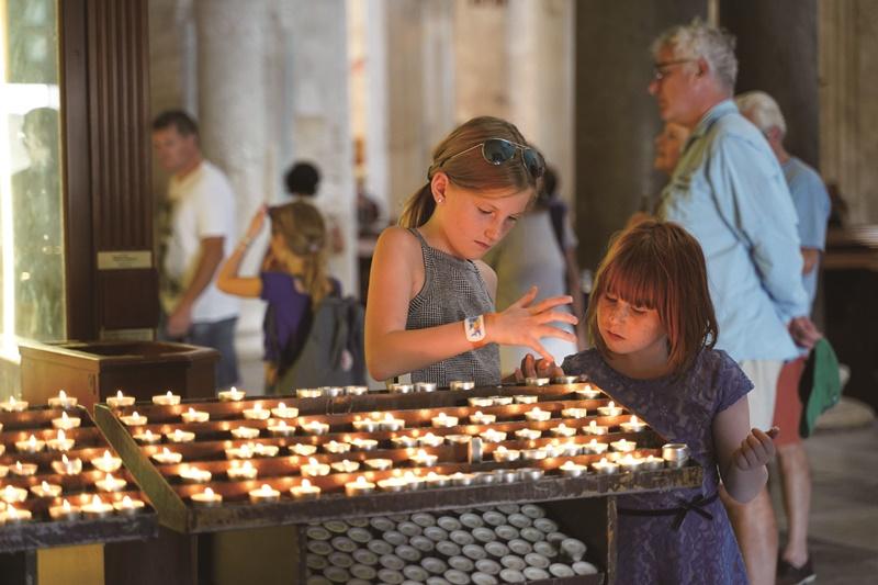 淘氣孩子在聖殿玩耍,聖尼古拉身為兒童的主保聖人,應該不會見怪。