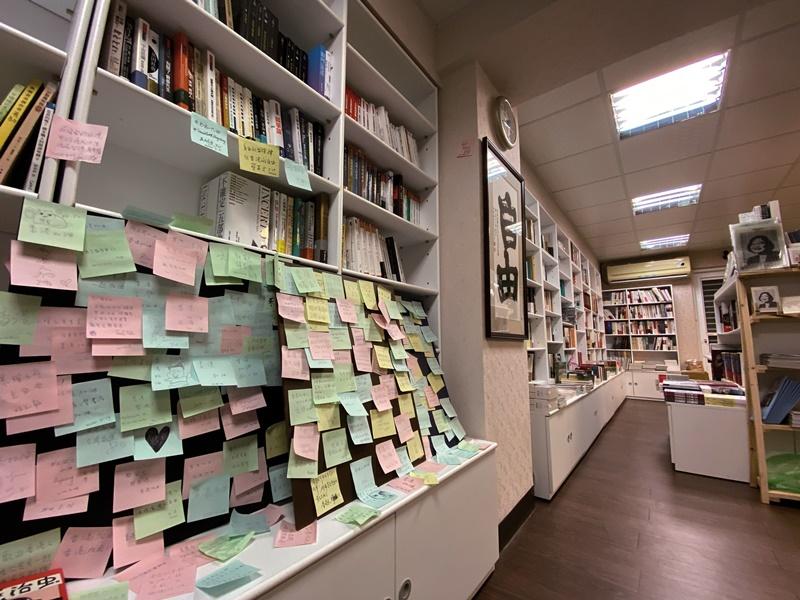 書店門口的架上有許多在台港人的留言,成為一面小小的連儂牆。