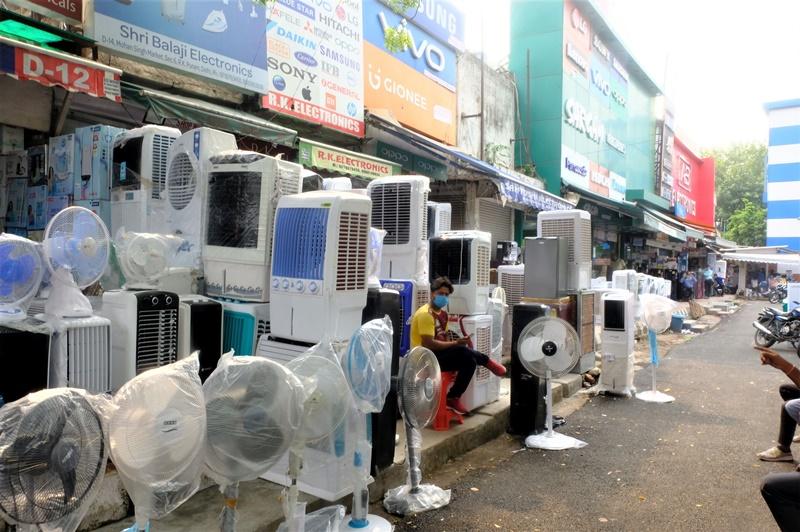 南德里一處家電街擺放著電風扇和以塑膠包覆成形的「稻草冷氣機」。