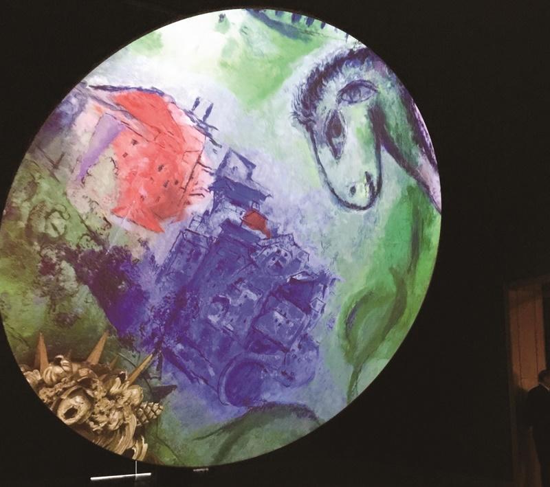 蒙特婁美術館2017年舉辦《夏卡爾:色彩和音樂》特展,館方以多媒體投影畫家夏卡爾的作品,觀眾隨興躺臥地板上,於音樂聲中仰望色彩斑斕的作品,身心靈獲得解放。