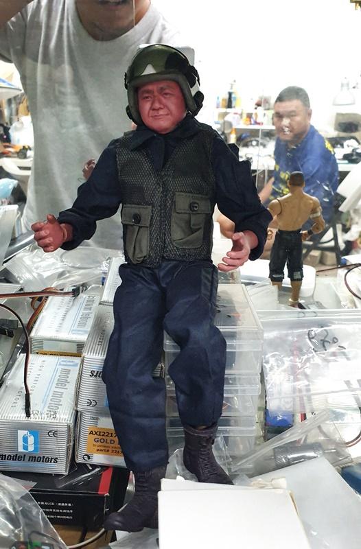 陳慶庭工作室內擺滿各式各樣的玩偶,其中有許多跟他長得一模一樣的飛行員,彷彿是真正「人機一體」。