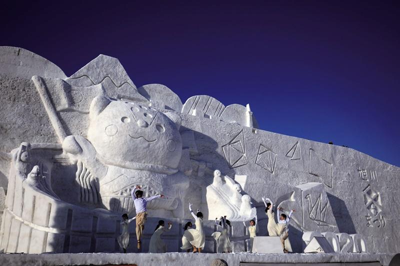 偌大的雪像結合表演,也是雪祭特色之一。