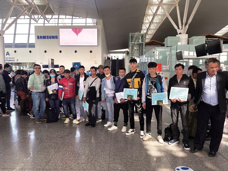 準備前往台灣工作的越南移工在河內內排國際機場合影。(讀者提供)