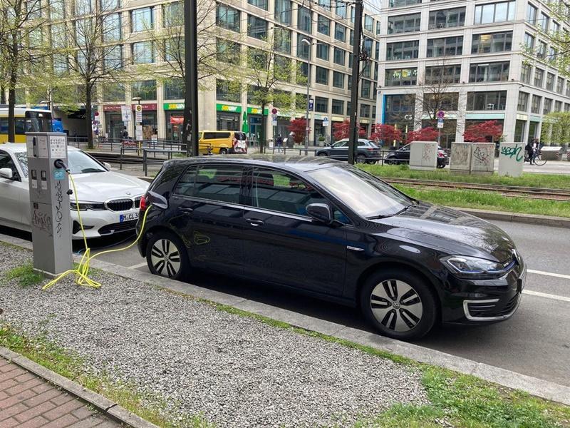 完善的充電基礎建設是電動車普及的前提,柏林街頭到處可見公共充電樁。(中央社林育立)