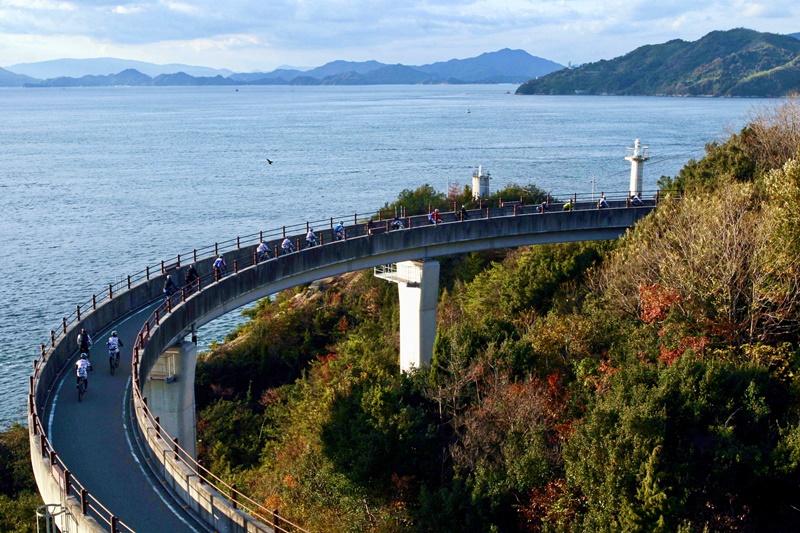 島波海道全長約70公里,經過多座島嶼和海上大橋。