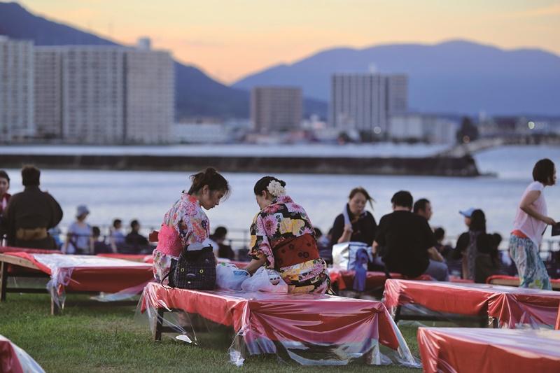 盛裝與會的遊客也是花火大會中的風景。