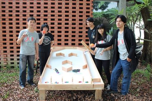創設系學生作品「彈珠台2.0」將夜市的彈珠台放大了,提供民眾互動玩耍。