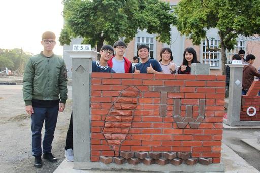 抱回冠軍的學生團隊,其作品「臺起」融入臺灣意象設計的想法