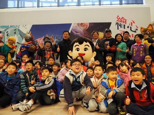 新北市文化局局長林寬裕與策展人、貴賓、小朋友開心合影
