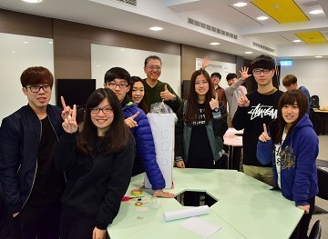 中華大學管院系學會領導菁英培訓營張平康教授(後中)講師與幹部合影