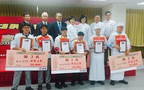 稻江學院餐飲系學生(前排中間)獲得冠軍後與其他學校選手的合影