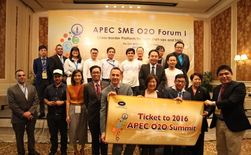經濟部中小企業處林美雪副處長(前排右4)與本次得獎團隊越南Triip.me、其他參賽團隊及評審等合影留念