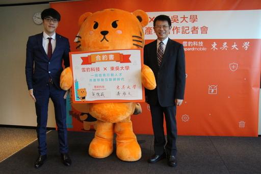 東吳大學與雪豹科技跨領域人才產學合作記者會,左為雪豹科技董事長吳德威、右為東吳大學校長潘維大。