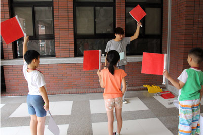 大葉大學休閒系學生安排紅白旗遊戲,訓練協調度與反應速度
