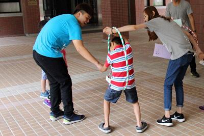 大葉大學休閒系學生安排傳呼拉圈遊戲,訓練團隊精神