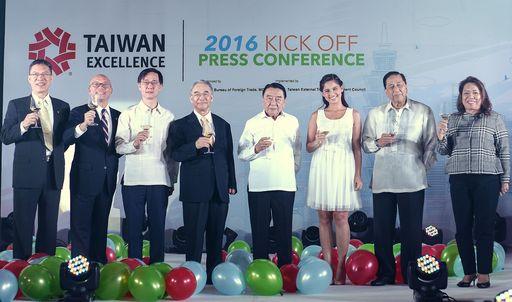 臺菲雙方重要貴賓出席記者會,舉杯見證台灣精品在菲展開嶄新一年。