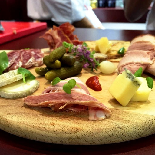 法國傳統肉製品共有400多種款項來自法國不同地區,時常搭配酸小黃瓜與各式乳酪。