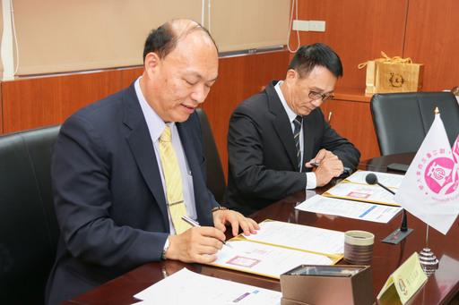 北商大校長張瑞雄(左)與台北市眼鏡商業同業公會理事長徐銘煌(右)代表簽約