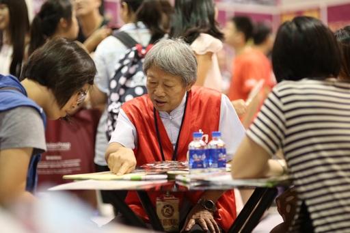 大學博覽會登場 ,南華大學「2+2雙學位」夯,師長為考生介紹學校辦學特色與優勢。