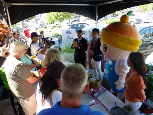 農業局主任秘書王正一於溫哥華拓銷活動現場介紹高雄水果的特色