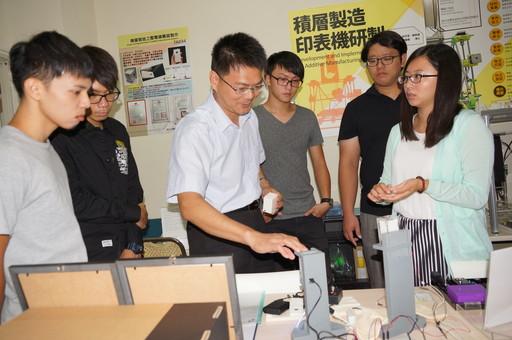 陳教授指導的「微光流體系統設計與製造實驗室」不僅榮獲2015台灣智慧財產管理制度(TIPS)認證通過,指導學生專題製作及負責產學合作計畫也多有亮麗之研究成果.