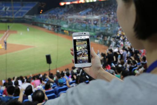 中華電信領先業界,提供「賽場多視角手機直播」服務,9月16起連三天,於桃園國際棒球場內,搶先提供現場中華大4G客戶多視角直播服務,包含了全台球迷矚目的賽事「陳金鋒野球魂」!