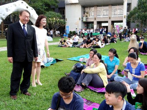 正修科大校長龔瑞璋與同學共渡草地野餐音樂趴的悠閒。