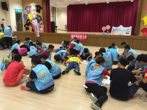 電機系學會學生分組帶領院生進行繪畫及說故事